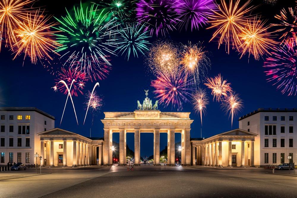 العطل الرسمية في ألمانيا الإحتفال برأس السنة عند بوابة براندنبورغ فى برلين رمز للوحدة الألمانية.